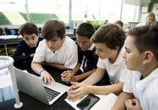 E-learning degli studenti con il computer portatile Fotografia Stock