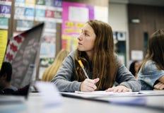 E-learning degli studenti con il computer portatile nella classe A Fotografie Stock