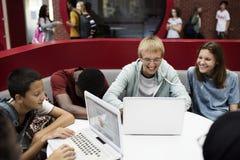 E-learning degli studenti con un computer portatile Fotografia Stock Libera da Diritti