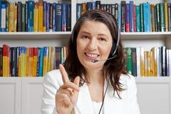 E-learning del microfono della cuffia avricolare della donna dell'insegnante immagine stock libera da diritti