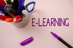 E-learning di scrittura del testo della scrittura L'istruzione di significato di concetto tramite i corsi d'istruzione distanti d Fotografia Stock Libera da Diritti