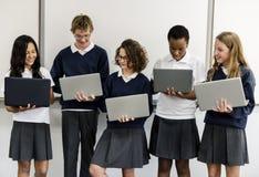 E-learning di stile di vita degli studenti con il computer portatile Fotografie Stock Libere da Diritti