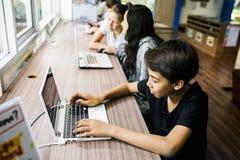 E-learning di stile di vita degli studenti con il computer portatile Fotografia Stock Libera da Diritti