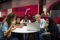 E-learning di stile di vita degli studenti con il computer portatile Immagini Stock Libere da Diritti
