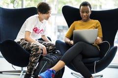 E-learning di stile di vita degli studenti con il computer portatile Fotografia Stock