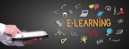 E-Learning-Konzept mit dem Mann, der eine Tablette verwendet Lizenzfreies Stockfoto