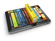 E-learning Pc e manuali della compressa Formazione in linea Fotografie Stock Libere da Diritti