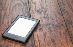 E-lecteur sur le fond en bois photographie stock libre de droits