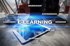 E-leert op het virtuele scherm Het onderwijsconcept van Internet Stock Foto