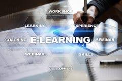 E-leert op het virtuele scherm Het onderwijsconcept van Internet Royalty-vrije Stock Foto