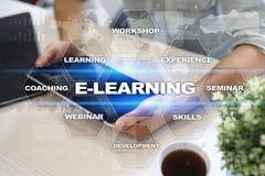 E-leert op het virtuele scherm Het onderwijsconcept van Internet Royalty-vrije Stock Afbeelding