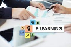 E-leert op het virtuele scherm Het onderwijsconcept van Internet Royalty-vrije Stock Fotografie