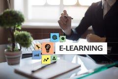 E-leert op het virtuele scherm Het onderwijsconcept van Internet Stock Fotografie