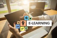 E-leert op het virtuele scherm Het onderwijsconcept van Internet Stock Afbeeldingen
