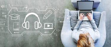 E-lerend concept met de mens die laptop met behulp van royalty-vrije stock afbeelding