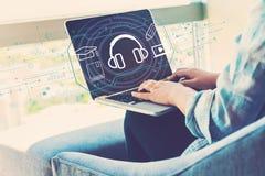 E-lerend concept met vrouw die laptop met behulp van stock foto's