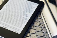 E-Leser über Laptop-Tastatur lizenzfreie stockfotografie