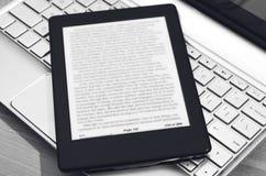 E-Leser über Laptop-Tastatur stockfotos