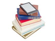 E-Leser auf einem Stapel gewöhnlichen Papierbüchern lizenzfreie stockfotografie