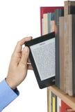 E-Leser gegen Lehrbuch stockfoto