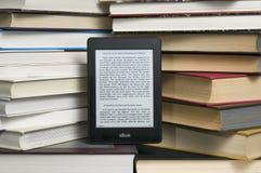 E-Leser gegen Lehrbuch Lizenzfreies Stockbild