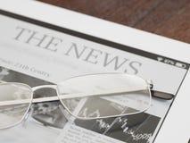 E-Leser mit Zeitungs-APP lizenzfreie stockfotografie