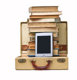 E-Lettore, pila di libri, valigia Immagini Stock Libere da Diritti