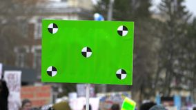 E Leute an der Demonstration mit Fahnen in ihren H?nden stock video