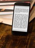 E-libros de la lectura en smartphone. Foto de archivo