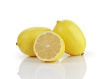 2 e 1/2 limoni maturi freschi isolati su bianco Immagini Stock Libere da Diritti