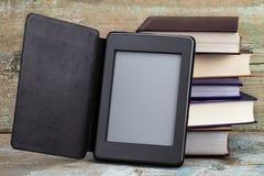 E-livro e livros velhos Novas tecnologias na publicação do livro imagem de stock royalty free
