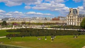 E Louvre pałac labitynt i fenomenalny Tuileries, uprawiamy ogródek w Paryskim mieście w wiośnie fotografia stock