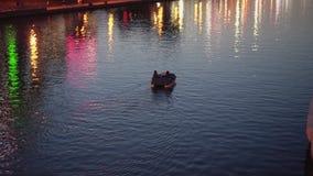 E Luces hermosas de la noche de la ciudad almacen de metraje de vídeo