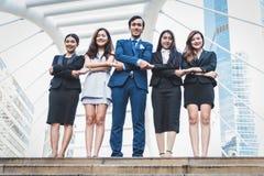 E Lyckliga affärsmän och affärskvinnor som in står som laget fotografering för bildbyråer