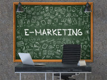 E-márketing en la pizarra con los iconos del garabato 3d Fotografía de archivo libre de regalías