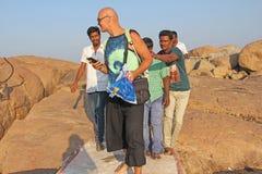 E Män av indier går till det europeiskt och önskar att fotograferas med honom royaltyfri bild