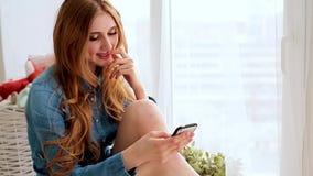 E Młodej kobiety texting wiadomość na smartphone, przenośny telefon ludzie zbiory