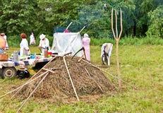 E Maai met de hand het gras r Het maaiende gras is een het hellen groot art. royalty-vrije stock fotografie
