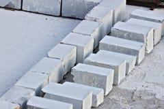 E 28 maart, 2019 De witte marmeren blokken van Carrara in een pakhuis stock afbeeldingen