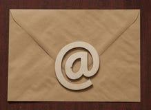 E-mail bij symbool en envelop op een bureau royalty-vrije stock afbeeldingen