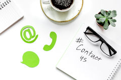 E-mail contacteert ons concept met de pictogrammen en de glazen van het het werkbureau van Internet hoogste mening als achtergron Stock Fotografie