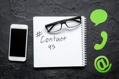 E-mail contacteert ons concept met Internet-pictogrammen en mobiel op van het het achtergrond werkbureau hoogste meningsmodel Royalty-vrije Stock Afbeelding