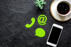 E-mail contacteert ons concept met Internet-pictogrammen en mobiel van het het achtergrond werkbureau hoogste meningsmodel Royalty-vrije Stock Foto