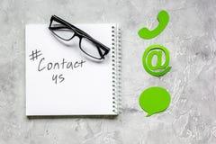 E-mail contacteert ons concept met Internet-pictogrammen op van het het werkbureau hoogste mening als achtergrond Royalty-vrije Stock Afbeelding