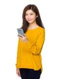 E-Mail der jungen Frau Kontrollam Handy Lizenzfreie Stockfotografie