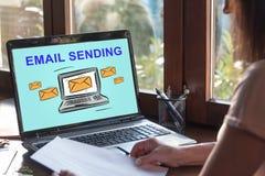 E-Mail, die Konzept auf einem Laptopschirm sendet Lizenzfreies Stockbild