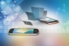 E-Mail, die zwischen intelligentem Telefon teilt Lizenzfreie Stockbilder