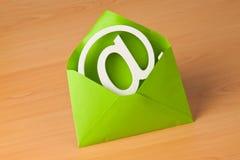 E-mail embleem in een envelop stock foto