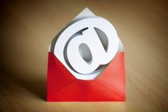 E-mail@ en el símbolo y el sobre Foto de archivo libre de regalías