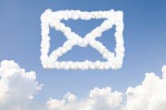 E-mail en postconceptentekst in wolken Royalty-vrije Stock Afbeeldingen